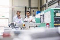 Hommes examinant la machine — Photo de stock