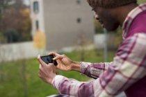Uomo che utilizza il telefono cellulare — Foto stock