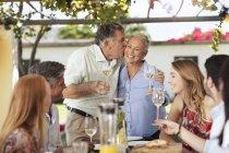 Пожилая пара с семьей обедает — стоковое фото