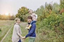 Семья с отцом носит дочь — стоковое фото