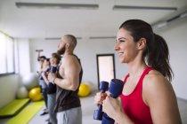 Sportler trainieren mit Hanteln — Stockfoto