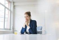 Imprenditrice seduto alla scrivania — Foto stock