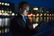 Mann mit Tablet im freien — Stockfoto