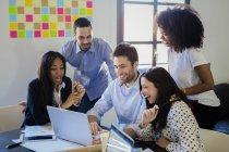 Gens d'affaires partage ordinateur portable — Photo de stock