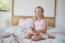 Девочка слушает музыку в наушниках — стоковое фото