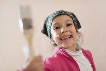 Glückliche kleine Mädchen mit Pinsel — Stockfoto