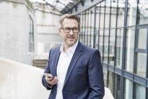 Homme d'affaires avec téléphone portable — Photo de stock