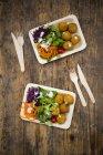 Falafel e insalata sui piatti usa e gettare — Foto stock
