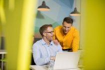 Geschäftsmann mit Laptop im Gespräch — Stockfoto