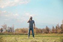 Man taking photo with vintage camera — Stock Photo