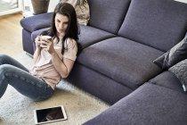 Женщина, сидящая с кружкой кофе — стоковое фото