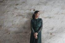 Женщина в зеленом платье — стоковое фото