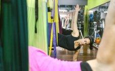 Donne che hanno classe di aerial yoga — Foto stock