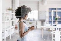 Jovem mulher usando tablet digital — Fotografia de Stock