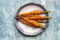 Запечена морква з розмарином на тарілку — стокове фото