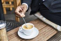 Homem sentado no café com café — Fotografia de Stock