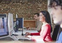 Donna che lavora in ufficio con i colleghi — Foto stock