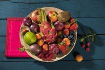 Tazón de fuente con frutas varias - foto de stock