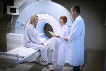 Лікарі обговорюють МРТ результат з пацієнтом — стокове фото