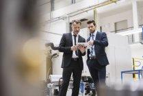Hommes d'affaires partage tablette — Photo de stock