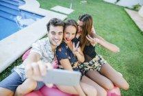 Amigos tomando selfie - foto de stock