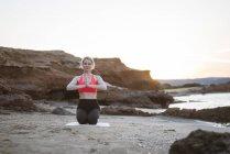 Греция, Крит, женщина, практикующая йогу на пляже — стоковое фото