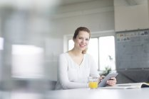 Бизнесвумен, работающая с цифровыми планшетами — стоковое фото
