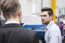 Homme regardant gestionnaire — Photo de stock