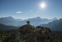 Friends standing om mountain top — Stock Photo