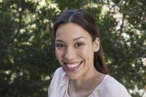 Портрет улыбающейся молодой женщины — стоковое фото