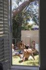 Amigos relajantes en el jardín junto a piscina - foto de stock