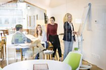 Empresários que frequentam uma oficina no escritório — Fotografia de Stock