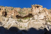 USA, New Mexico, Frijoles Canyon, Bandelier National Monument, Ruins and reconstructed kiva of the Ancestral Pueblo People, ladder towards Alcove House — Stock Photo