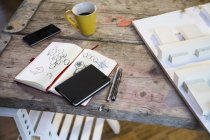 Notebook, Smartphon und Architekturmodell — Stockfoto