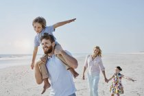 Сім'я гуляти на пляжі — стокове фото