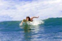 Surfer paddeln auf dem Meer — Stockfoto
