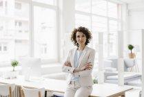Empresária sentada na mesa — Fotografia de Stock