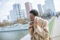 Бизнесвумен разговаривает по телефону — стоковое фото