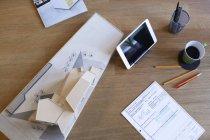 Scrivania con tablet e modello architettonico — Foto stock