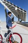 Businessman standing with fixie bike — Stock Photo