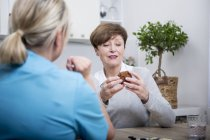 Nurse doing dexterity games with patient — Stock Photo