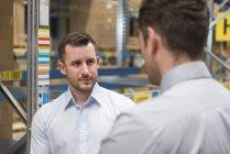 Homens de pé no armazém da fábrica — Fotografia de Stock