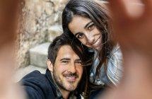 Sorrindo casal olhando para a câmera — Fotografia de Stock