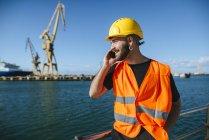 Рабочий разговаривает по мобильному телефону — стоковое фото