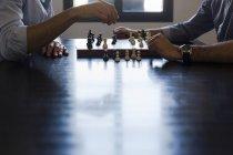 Zwei Männer spielen Schach — Stockfoto