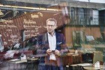 Kaufmann Holding-Handy — Stockfoto