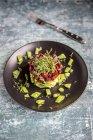 Plato de ensalada de aguacate DIAMIR - foto de stock