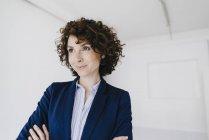 Femme d'affaires avec les bras croisés — Photo de stock