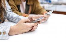 Dos mujeres usando teléfonos inteligentes - foto de stock