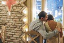 Junges Paar sitzt in Restaurant — Stockfoto